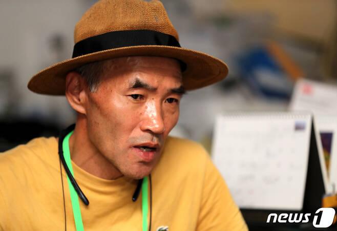 서해 상에서 실종돼 북한에 피살된 공무원 A씨의 형 이래진씨가 경기 안산시의 한 사무실에서 뉴스1과 인터뷰를 하고 있다.  /뉴스1 © News1 정진욱 기자