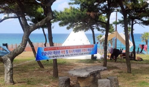 7일 제주시 조천읍 함덕해수욕장에 무단 설치된 텐트 [촬영 백나용]