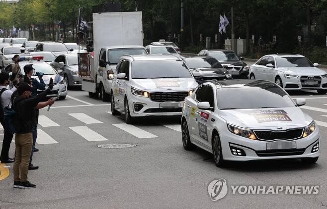 개천절 추미애 법무부 장관 자택 부근 차량시위 [연합뉴스 자료사진]
