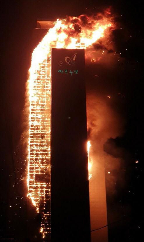 9일 새벽 울산시 남구 신정동 한 아파트서 불이 나 화염이 치솟고 있다. (사진=연합뉴스)
