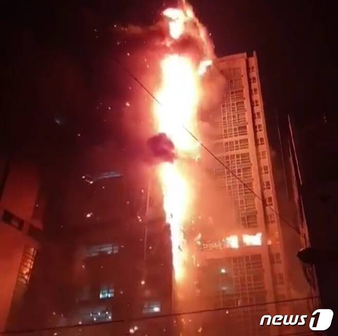 8일 밤 11시 14분경 울산 남구 주상복합건물 삼환아르누보에서 화재가 발생해 불길이 번지고 있다. (SNS 캡쳐) 2020.10.9/뉴스1