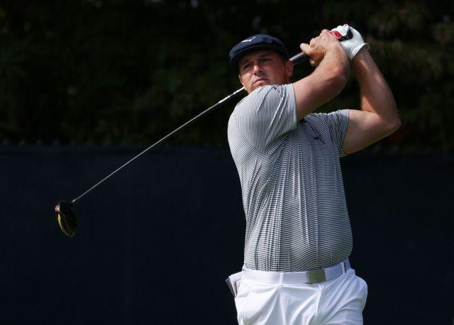 /AP연합뉴스 지난달 21일 US오픈 우승 이후 대회에 나선 브라이슨 디섐보가 괴력의 장타로 또 한번 골프장을 초토화시켰다.