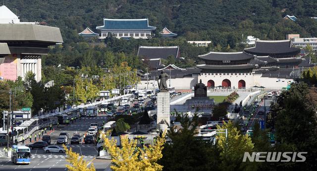 [서울=뉴시스]이윤청 기자 = 한글날인 9일 경찰이 서울 광화문 광장에서 차벽을 설치해 집회를 차단하고 있다. 2020.10.09. radiohead@newsis.com