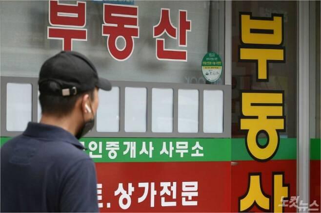 서울 한 시내 부동산중개업소의 매물 정보란이 비어있다. 이한형기자