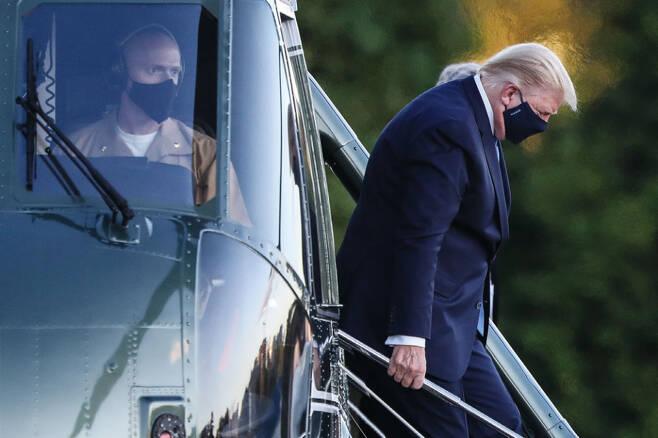 코로나19 확진 판정을 받은 트럼프 대통령이 10월2일 미국 메릴랜드주 국립군사의료원에 도착했다. ⓒEPA 연합