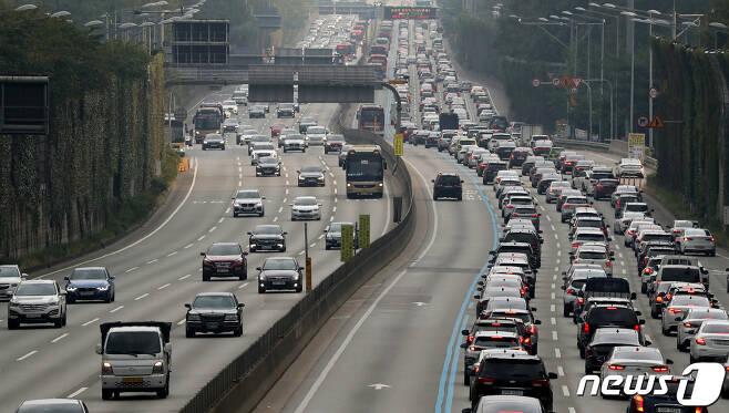 추석연휴 첫날인 30일 오후 서울 서초구 잠원IC인근에서 바라본 경부고속도로 하행선(오른쪽)이 정체를 빚고 있다. 2020.9.30/뉴스1 © News1 이동해 기자