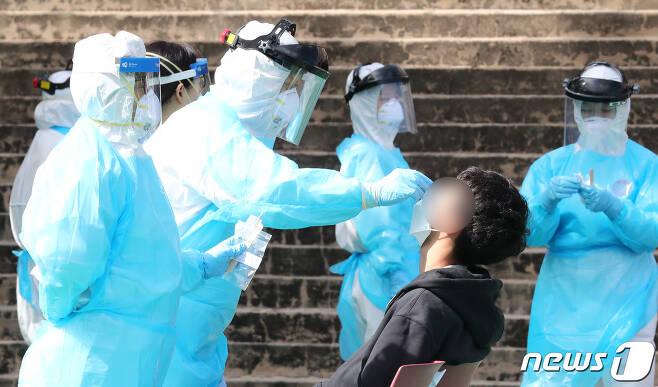 9일 오전 대전 서구 둔원고등학교에 마련된 선별진료소에서 학생들이 신종 코로나바이러스 감염증(코로나19) 검사를 받고 있다. 2020.10.9/뉴스1 © News1 김기태 기자