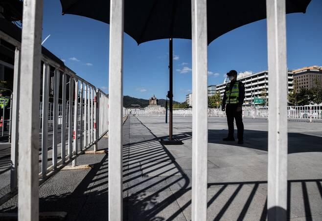 사진 / 한글날인 9일 서울 광화문광장에 차벽과 펜스가 설치되어 있는 가운데 세종대왕 동상 인근에서 경찰들이 근무를 서고 있다. 2020.10.9. / 고운호 기자