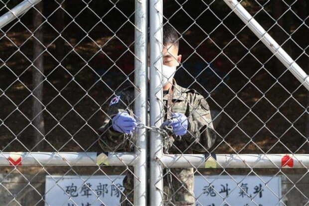 군인들의 휴가통제가 계속되고 있음에도 군내 신종 코로나바이러스 감염증(코로나19) 확진자가 또 발생했다./ 사진=연합뉴스