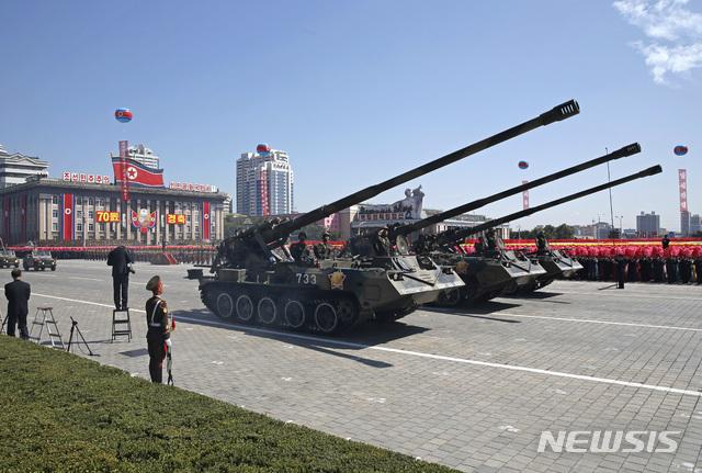 【평양=AP/뉴시스】북한은 9일 조선인민공화국 창건70주년을 맞아 평양에서 대규모 군대 퍼레이드를 벌이고 있다. 2018.09.09.