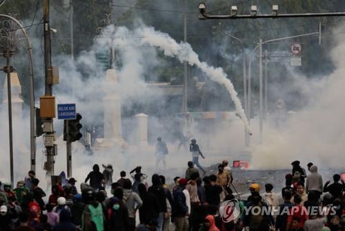 8일 자카르타 시위현장에 발포된 최루탄 [로이터=연합뉴스]