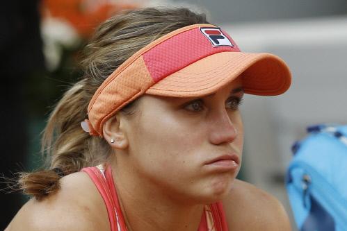 롤랑가로스 여자단식 첫 우승을 놓친 소피아 케닌이 눈물을 글썽인채 벤치에 앉아 있다. 파리/AP 연합뉴스