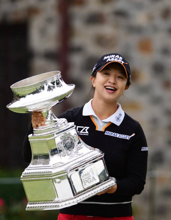김세영이 12일(한국시간) 미국 펜실베이니아주 뉴타운 스퀘어의 애러니밍크 골프클럽에서 끝난 LPGA 투어 메이저 대회 KPMG 위민스 PGA 챔피언십 우승 뒤 대형 트로피를 들고 환하게 웃고 있다. (사진=AFPBBNews)