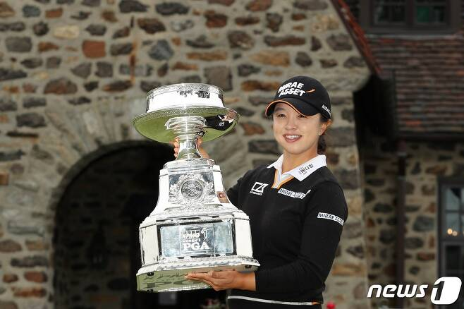 김세영이 12일(한국시간) 미국 펜실베이니아주 뉴타운스퀘어의 애러니밍크 골프클럽에서 열린 시즌 세번째 메이저대회 'KPMG 위민스 PGA챔피언십'에서 우승 트로피를 들어보이고 있다. © AFP=뉴스1