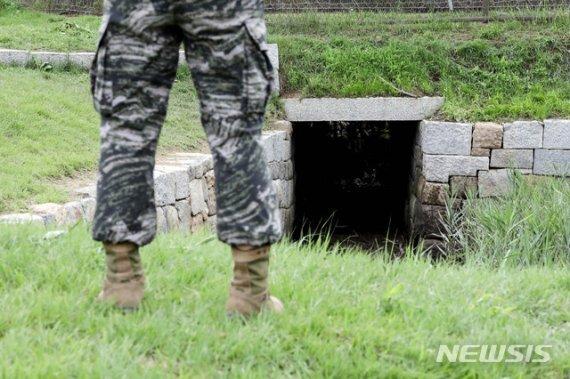 지난 7월 북한으로 재입북한 탈북민이 이용한 것으로 추정되는 인천 강화군 강화읍 월곳리의 배수로. 사진=뉴시스