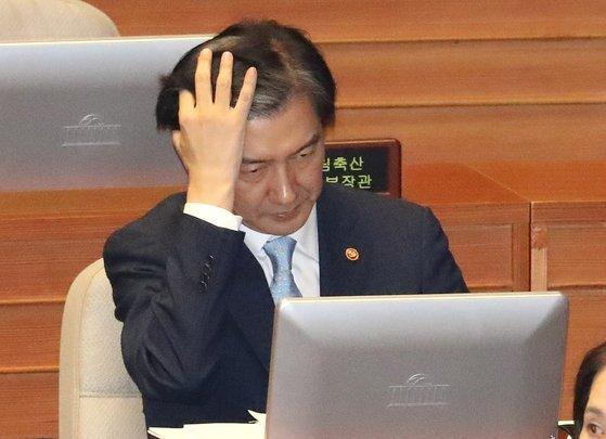 지난해 10월 국회 본회의장에서 열린 대정부질문에서 조국 전 법무부 장관이 머리를 넘기고 있다. [연합뉴스]