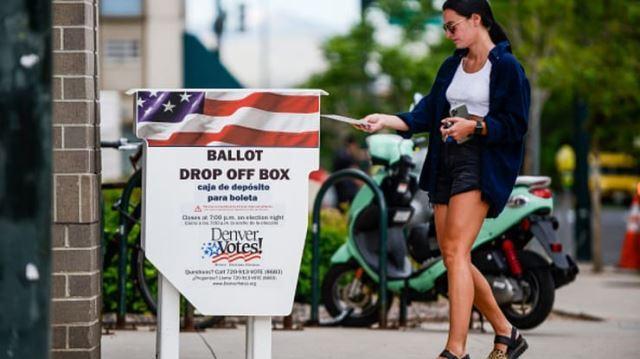 미국 댄버주에서 지난 6월 30일(현지시간) 한 여성 유권자가 우편투표에 참여하고 있다. CNBC캡처