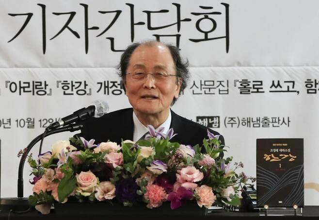 조정래 작가가 12일 서울 중구 한국프레스센터에서 열린 '조정래 작가 등단 50주년 기자간담회'에 참석해 반세가 작품 활동에 대한 소회를 밝히고 있다. /사진=뉴시스