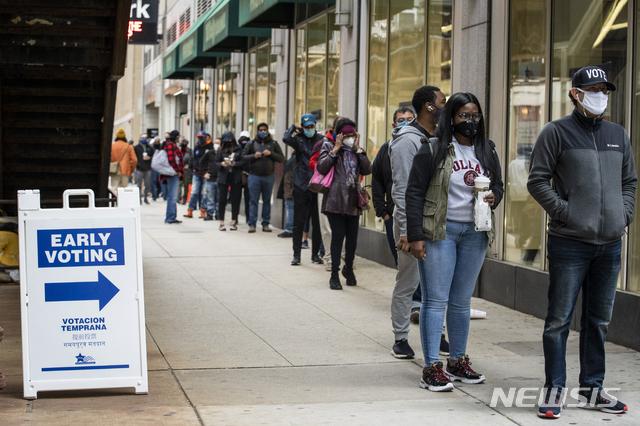[시카고=AP/뉴시스] 1일(현지시간) 미국 일리노이주 시카고에서 유권자 수백명이 사전 투표를 하려고 줄을 선 모습. 2020.10.05.