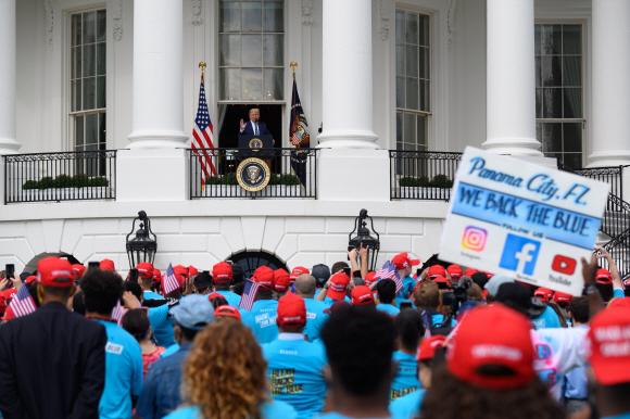 500여명 다닥다닥 붙어 환호 - 도널드 트럼프(가운데) 미국 대통령이 10일(현지시간) 워싱턴DC 백악관 사우스론에서 코로나19 확진 후 처음으로 지지자들 앞에 서서 연설을 하고 있다. 트럼프 대통령의 정확한 건강상태가 확인되지 않은 가운데 이날 행사에서는 500여명의 지지자들이 '사회적 거리두기' 지침을 지키지 않고 다닥다닥 붙어 서서 트럼프의 연설을 지켜봤다.워싱턴DC UPI 연합뉴스