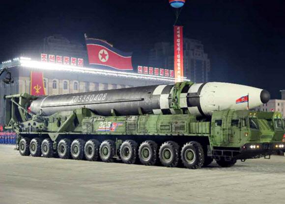北 ICBM, 바퀴 22개 발사대에 실려 등장 - 북한이 지난 10일 노동당 창건 75주년 기념 열병식에서 신형 대륙간탄도미사일(ICBM)과 잠수함발사탄도미사일(SLBM)을 공개했다. 사진은 열병식에서 바퀴 22개가 달린 이동식발사대(TEL)가 신형 ICBM을 싣고 등장하는 모습. 신형 ICBM은 화성 15형보다 길이가 길어지고 직경도 커졌는데, 미국 본토 전역을 타격할 수 있을 것으로 추정된다.노동신문 홈페이지 캡처 연합뉴스