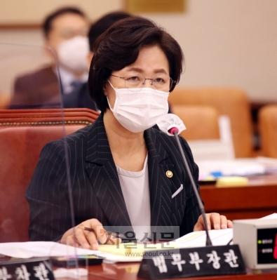 - 추미애 법무부 장관이 12일 국회 법제사법위원회 법무부 국정감사에서 의원의 질의에 답변하고있다. 2020. 10. 12 오장환 기자5zzang@seoul.co.kr