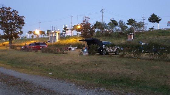 지난 9일 오후 충남 공주시 공주보 인근 주차장에서 일부 나들이객들이 텐트를 설치하고 취사 행위를 하고 있었다. 이 곳에서는 캠핑과 취사, 야영이 금지돼 있다. 신진호 기자