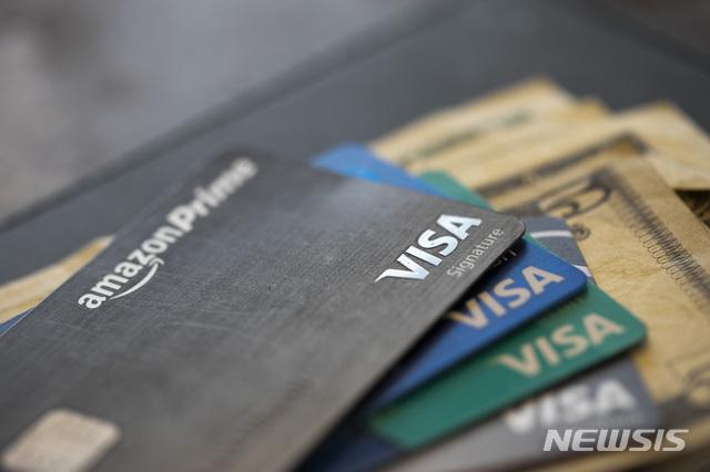 [뉴올리언스(미 루이지애나주)=AP/뉴시스]미 신용카드들을 보여주는 2019년 8월11일 자료 사진. 미국 소비자 대출이 3월 8년여 만에 처음으로 감소했으며, 특히 신용카드 사용액은 30년 만에 가장 큰 폭으로 하락했다고 미 연준이 7일(현지시간) 밝혔다. 2020.5.8