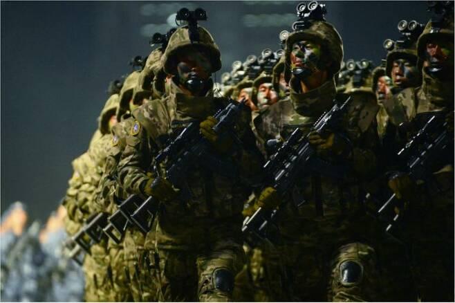 10일 열린 북한 노동당 창건 75주년 기념 열병식에서 공개된 북한군 특수부대원들의 모습. 미국에서 개발한 멀티캠 위장무늬와 비슷한 전투복을 입고 있으며, 총기에는 조준경과 플래시라이트 등이 부착돼 있고 야간투시경도 휴대했다.(사진=뉴스1 제공)