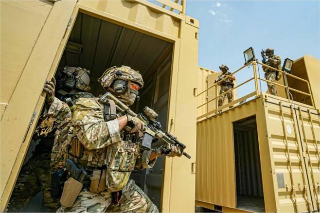 UAE에 파병된 군사훈련협력단(아크부대) 대원들이 현지에서 훈련을 하고 있다. 사진의 대원들은 해군 특수전전단(UDT/SEAL) 소속으로 보이는데 멀티캠 전투복을 입고 있다. 총기에도 조준경과 플래시라이트, 표적지시기가 달려 있다.(사진=합동참모본부 제공)