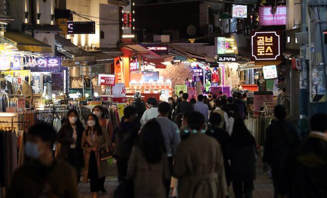 전국적으로 사회적 거리두기가 2단계에서 1단계로 하향 조정된 첫날인 12일 서울 마포구 홍대 인근 거리가 시민들로 북적이고 있다. ⓒ 연합뉴스