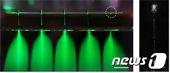 초미세 물방울이 대량으로 정전분무되는 모습(왼쪽)과 이를 확대한 모습(초미세 노즐에서 마이크론 단위의 물방울이 jet 모드로 나오고 있다. jet 모드 물방울은 다시 초미세 물방울로 분산된다). © 뉴스1