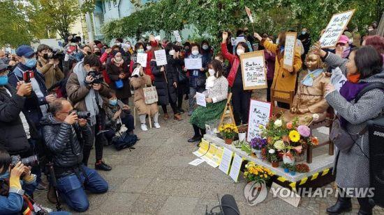 13일 독일 수도 베를린에서 시민들이 거리에 설치된 '평화의 소녀상'에 대한 당국의 철거명령에 항의하기 위해 미테구청 앞에서 시위를 벌이고 있다.(사진출처=연합뉴스)