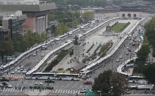 개천절이었던 지난 3일 경찰이 광화문 광장 일대를 경찰버스와 철제 펜스 등으로 봉쇄한 모습. /장련성 기자
