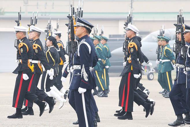 지난 1일 대구 공군기지에서 열린 국군의 날 행사에서 각 군 의장대가 시범을 보이고 있다. 연합뉴스