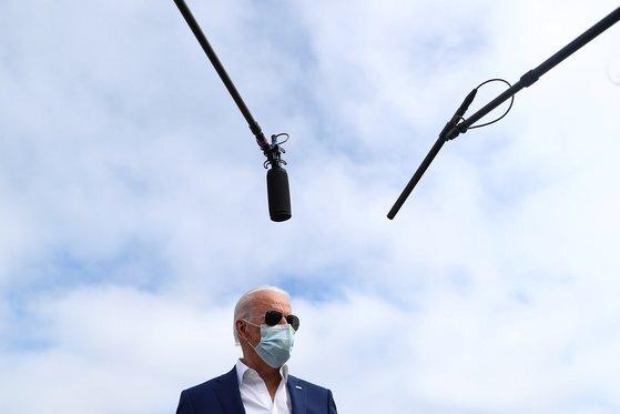 """조 바이든 민주당 대선후보가 지난 13일(현지시간) 플로리다 유세를 떠나기 전 기자들과 만난 자리에서 """"버락 오바마 전 대통령이 곧 선거 유세에 나설 것""""이라고 밝혔다. [로이터=연합뉴스]"""
