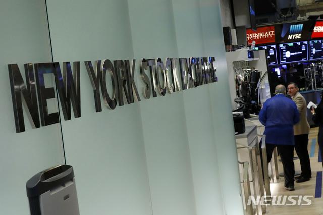 [뉴욕=AP/뉴시스] 3월2일(현지시간) 뉴욕증권거래소(NYSE)에서 트레이더들이 지나가고 있다. 2020.10.14.