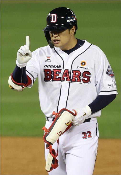 'MLB 도전 한 번 더?' 두산 김재환이 13일 한화와 홈 경기에서 1타점 2루타를 때려낸 뒤 동료들을 향해 세리머니를 하는 모습.(잠실=연합뉴스)