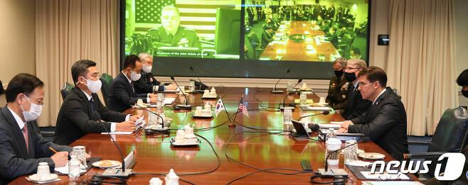 서욱 국방장관과 마크 에스퍼 미국 국방장관이 14일(현지시간) 미국 워싱턴DC 국방부 청사에서 '제52차 한미안보협의회의(SCM)'를 갖고 있다.(국방부 제공) 2020.10.15/뉴스1 © News1 민경석 기자