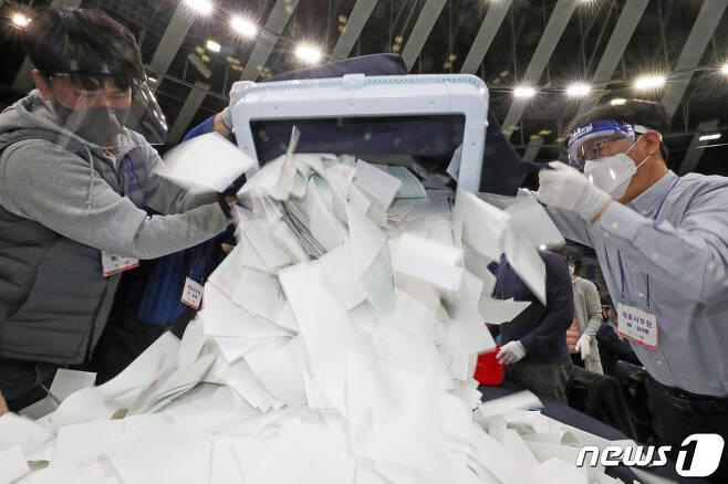 제21대 국회의원선거 개표 모습. /뉴스1 DB