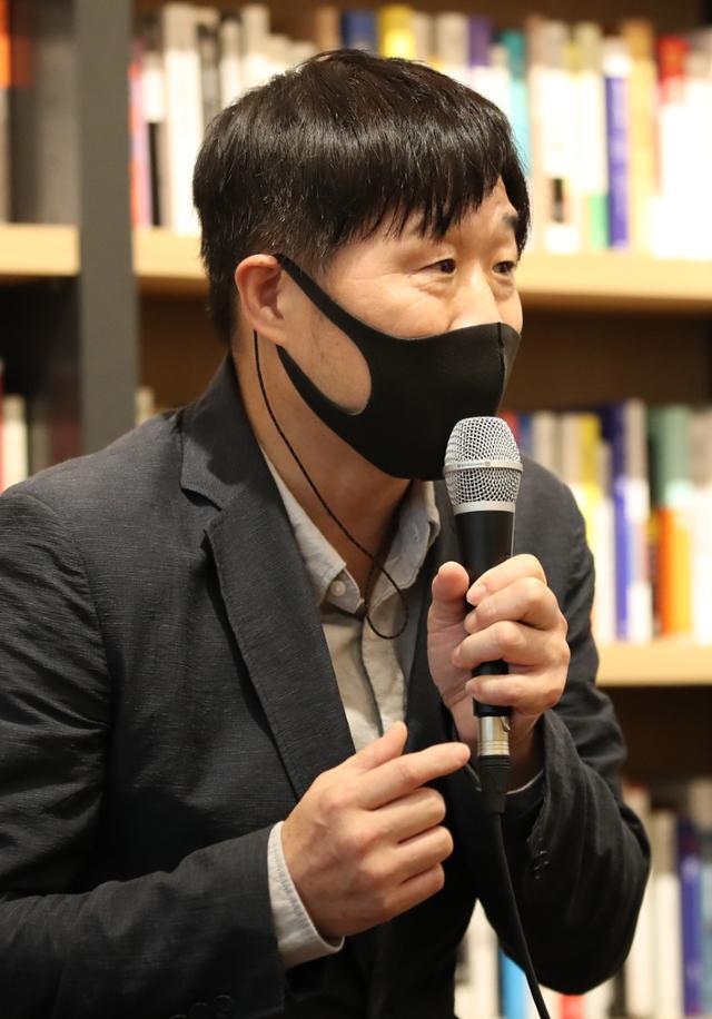 서민 단국대 교수가 지난달 25일 오후 서울 강남구 선릉로 최인아책방에서 열린 '한번도 경험해보지 못한 나라' 기자 간담회에서 책 소개를 하고 있다. 뉴시스