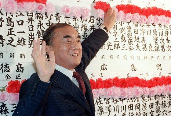 지난해 별세한 나카소네 야스히로(中曾根康弘) 전 일본 총리. 사진은 1986년 7월 도쿄 나가타초(永田町)의 자민당 본부에서 자민당의 중의원과 참의원(상하원) 동시선거 압승 소식에 활짝 웃는 모습. [교도=연합뉴스]