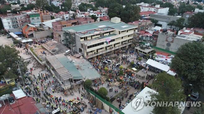 2017년 강진 당시 붕괴된 멕시코시티의 엔리케 레브사멘 초등학교 [AFP=연합뉴스 자료사진]
