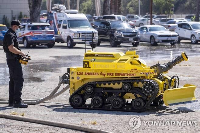 미국 소방 로봇 'RS3' [AP=연합뉴스, 더 오렌지 카운티 레지스터 제공·재판매 및 DB 금지]