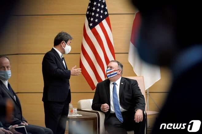 마이크 폼페이오 미국 국무장관(오른쪽)과 모테기 도시미쓰 일본 외무상이 지난 6일 일본 총리관저에서 스가 요시히데 총리르 예방하기에 앞서 대화를 나누고 있다. © AFP=뉴스1