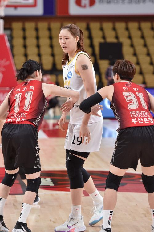 국민은행 박지수(가운데)가 지난 14일 부산 스포츠원파크 BNK 센터에서 열린 BNK썸과 경기에서 상대 선수들의 집중 견제를 받고 있다.  제공   WKBL