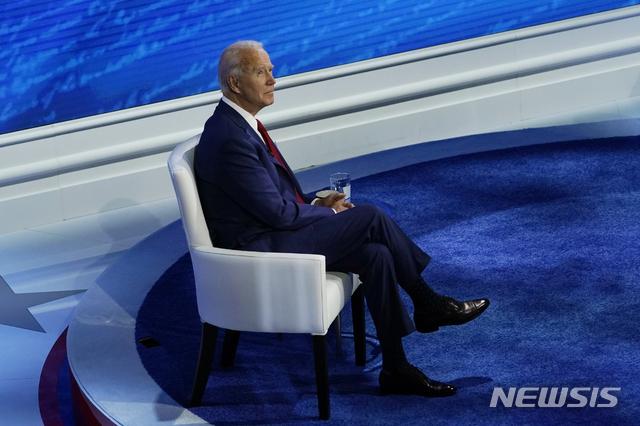 [필라델피아=AP/뉴시스] 미국 민주당 대선 후보인 조 바이든 전 부통령이 15일(현지시간) ABC방송이 펜실베이니아 필라델피아에서 주최한 타운홀 행사에 참석해 의자에 앉아 행사 시작을 기다리고 있다 2020.10.16.