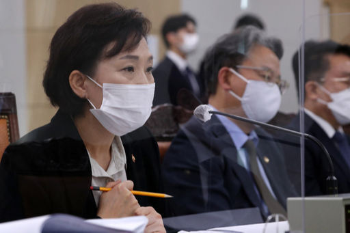 김현미 국토교통부 장관이 16일 정부세종청사에서 열린 국회 국토교통위원회국정감사에서 의원 질의에 답하고 있다. 뉴시스