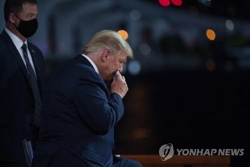 타운홀 참석 도중 땀닦는 트럼프 대통령 [AP=연합뉴스]