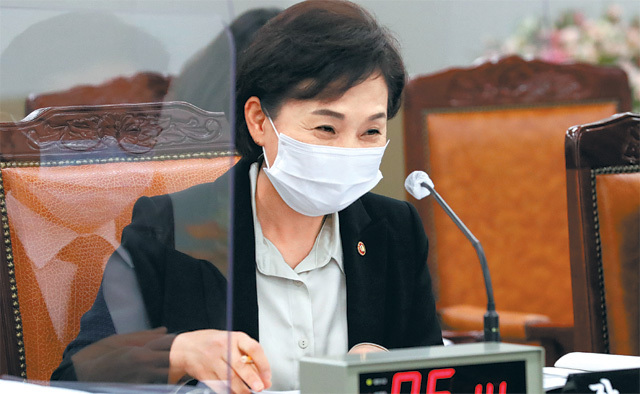 김현미 국토교통부 장관이 16일 정부세종청사에서 열린 국토교통부 국정감사에서 갑작스럽게 흘러나온 가수 나훈아의 '테스형' 노래에 웃음을 터뜨리고 있다. 세종=뉴시스